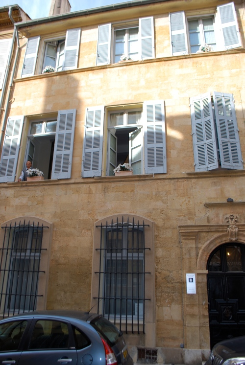 Bonjour Michael (look at the upper left window!) The front facade at 28 a Aix.